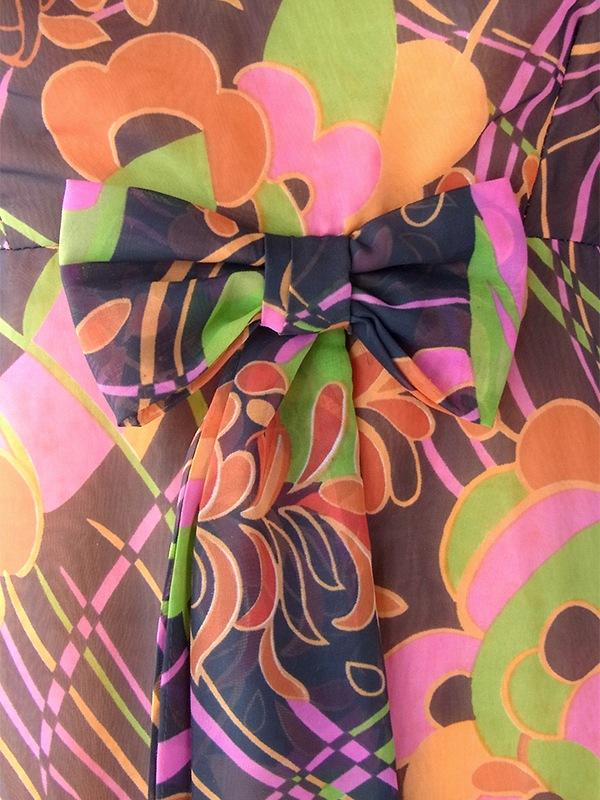 ヨーロッパ古着 フランス買い付け 70年代製 ブラック X カラフルなレトロ花柄プリント ウェストリボン シフォン生地 ワンピース 17FC105