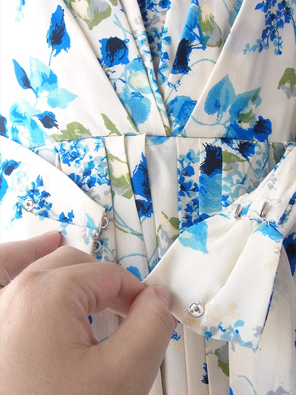 ヨーロッパ古着 ロンドン買い付け 60年代製 ホワイト X ブルー 花柄 背面リボン ヴィンテージ ワンピース 17OM329