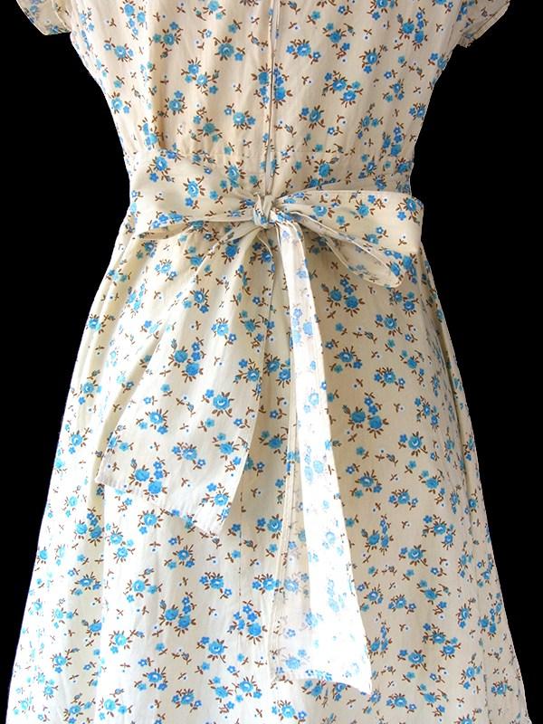 ヨーロッパ古着 フランス買い付け 60年代製 ライトクリーム X ブルー花柄 たっぷりレース飾り ヴィンテージ ワンピース 18FC109